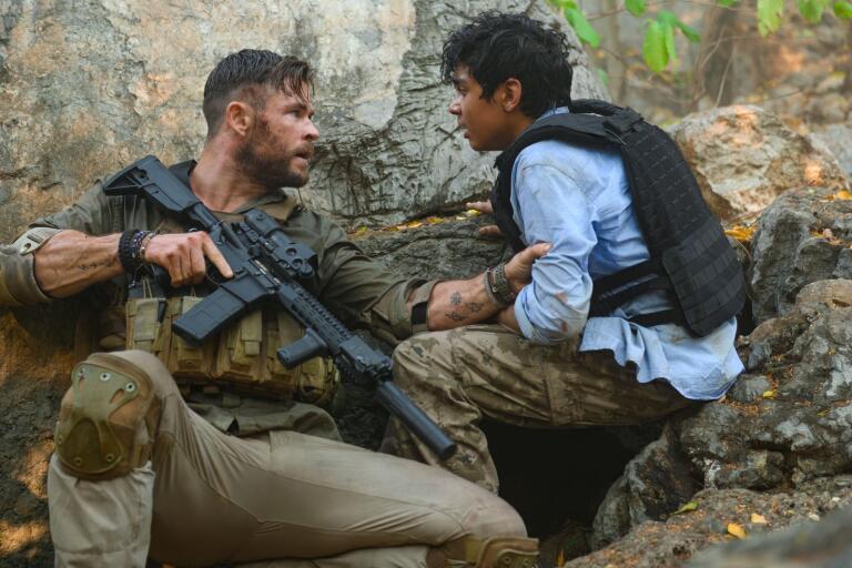 """Chris Hemsworth spelar huvudrollen i Netflixfilmen """"Extraction"""" och Rudhraksh Jaiswai spelar pojken han försöker rädda."""