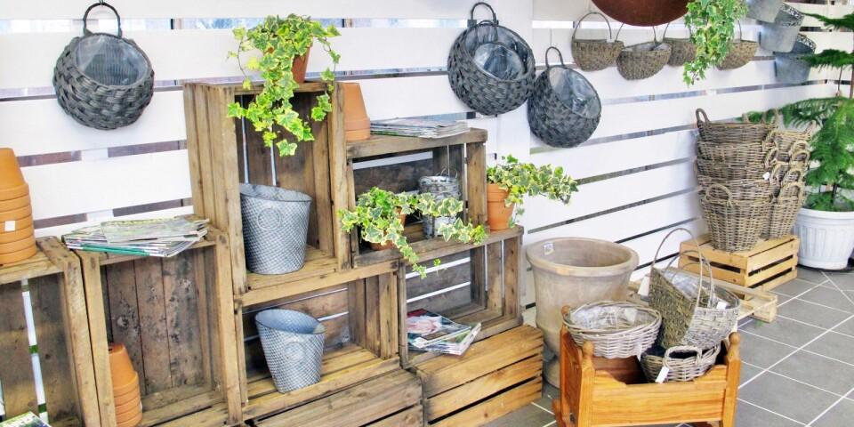 Utöver växter säljer Sölvekulle Handelsträdgård krukor, korgar och annan dekoration för att liva upp trädgården.