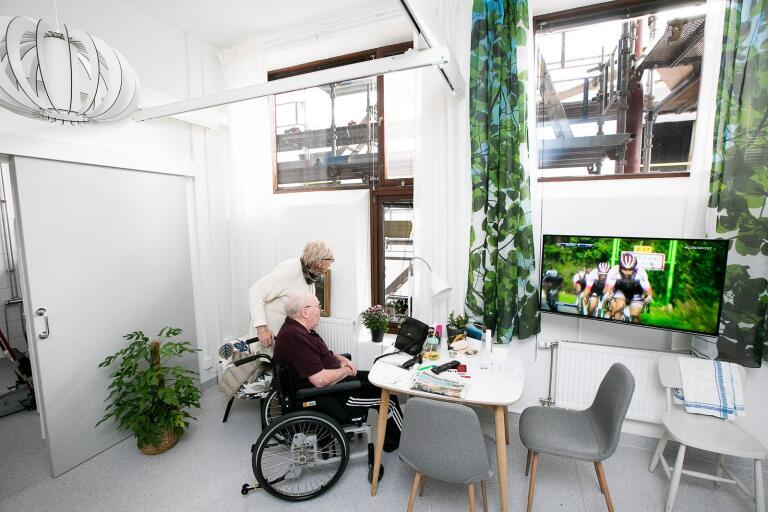 Stina Nilsson hälsar på sin svåger Jan-Erik Johansson i hans nya lägenhet på Hantverksgatan där han trivs med allt utom sitt rum.