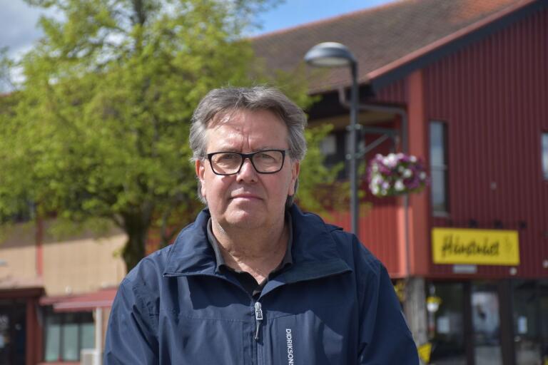 Hannu Lahdenperä (V) är vice ordförande i Olofströmshus. Inför stämman när oppositionen vill se Kaj Joelssons (S) avgång träder han nu fram i den politiska frågan.