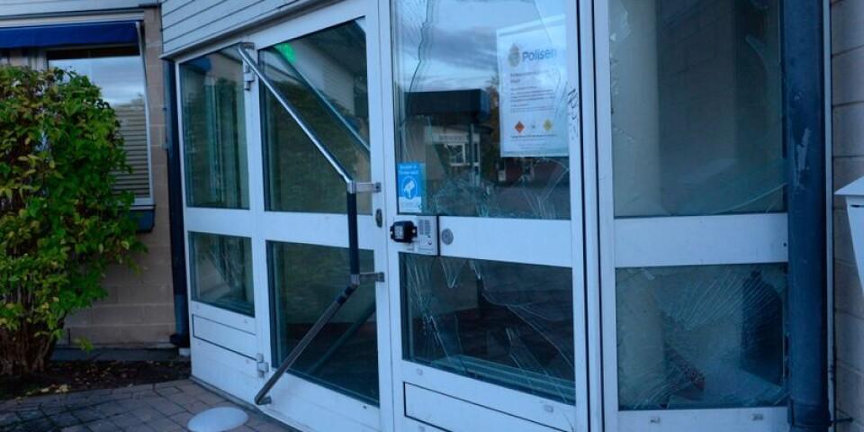 Polisstationen på Dalbo utsattes under natten mot söndagen för skadegörelse. Flera rutor förstördes efter kraftiga smällar vid byggnaden.