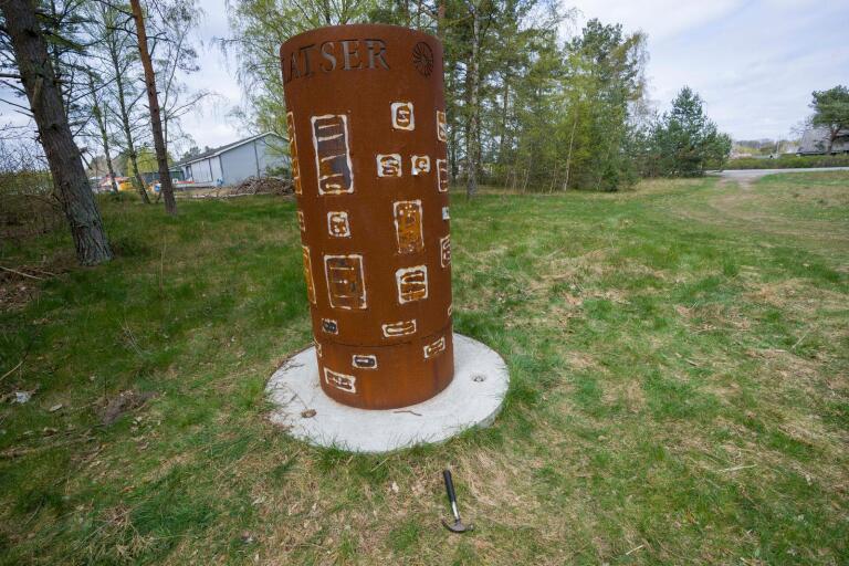 Limresterna där skyltarna suttit måste rensas bort från cylindern och nya skyltar måste tryckas.