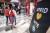 Socialpsykologen: Därför är det så svårt att hålla avstånd