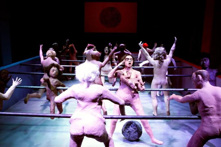 """Tjugo nakna människoliknande dockor är på planen i Molly Lowes verk """"Game On""""."""