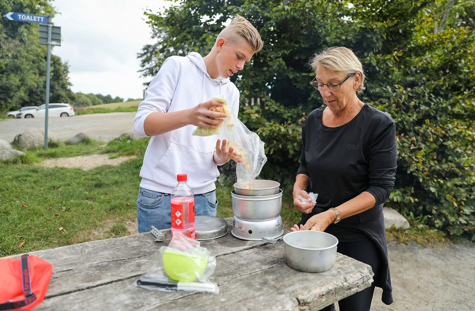 Lunchen, en korv- och rotfruktssoppa, fick eleverna tillaga på stormkök. Emil Fogelberg häller i de färdigskurna grönsakerna i kastrullen under läraren Randi Madsens uppsikt.