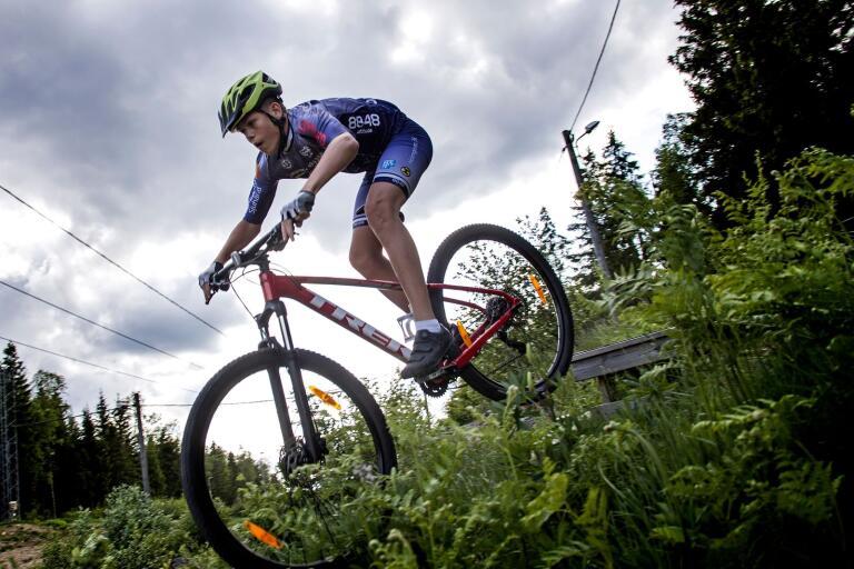 Borås Gifs Ludwig Åqvist cyklar två vardagar i veckan och inte sällan även på helgen. Att hoppa och flyga är det som han gillar bäst med sporten.