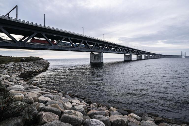 Nu går det att ta Öresundsbron till Danmark. Men det gäller bara för den som har en dansk partner, ett barnbarn i landet eller äger ett sommarhus i Danmark. Arkivbild.