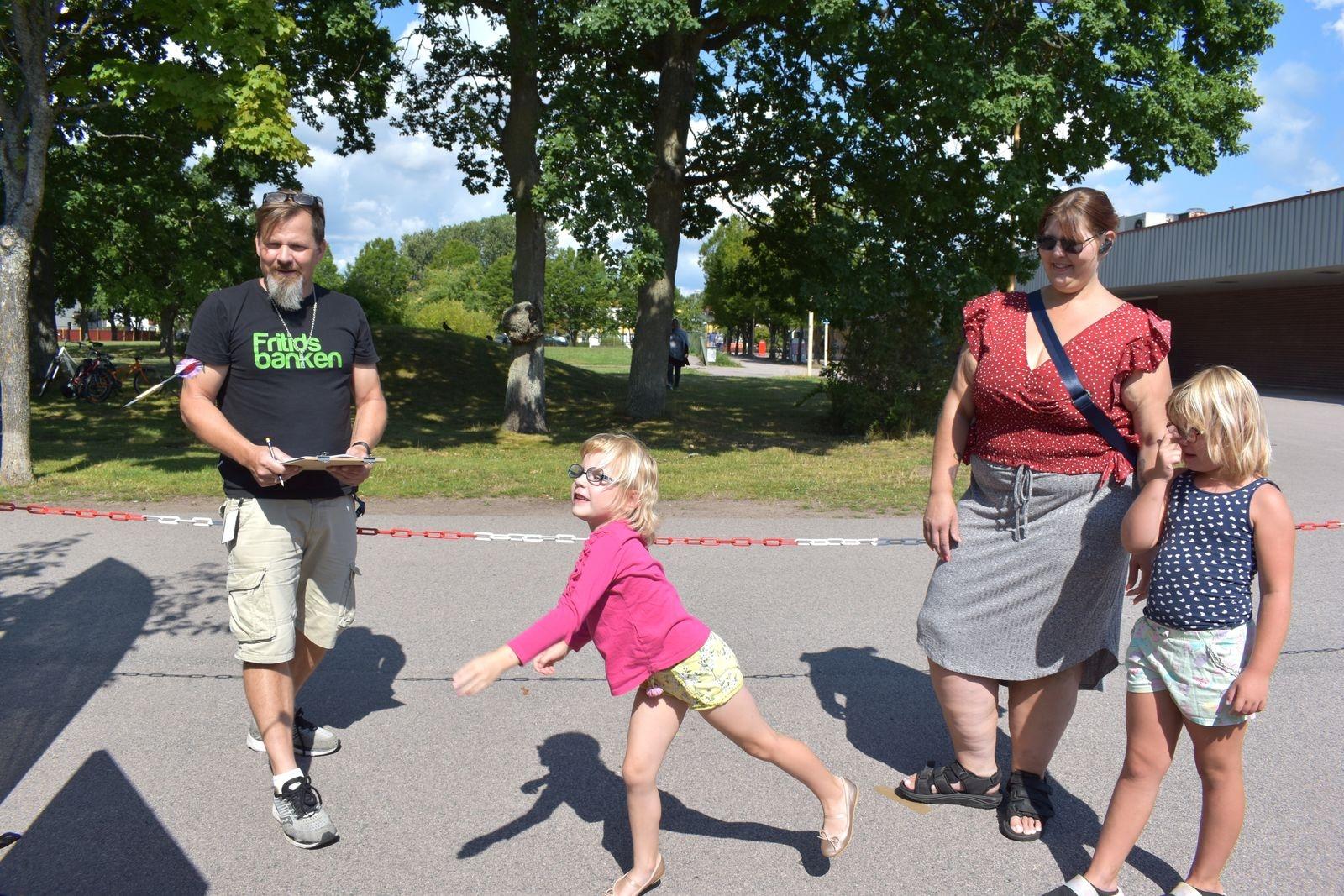 Fritidsbanken i Kalmar hade ordnat en hel del aktiviteter för barnen. Här testar lilla Wilma sina färdigheter i pilkastning framför Eila och Mikaela Berkeby. Patrick Norlin från Fritidsbanken ser till att räkna poäng.