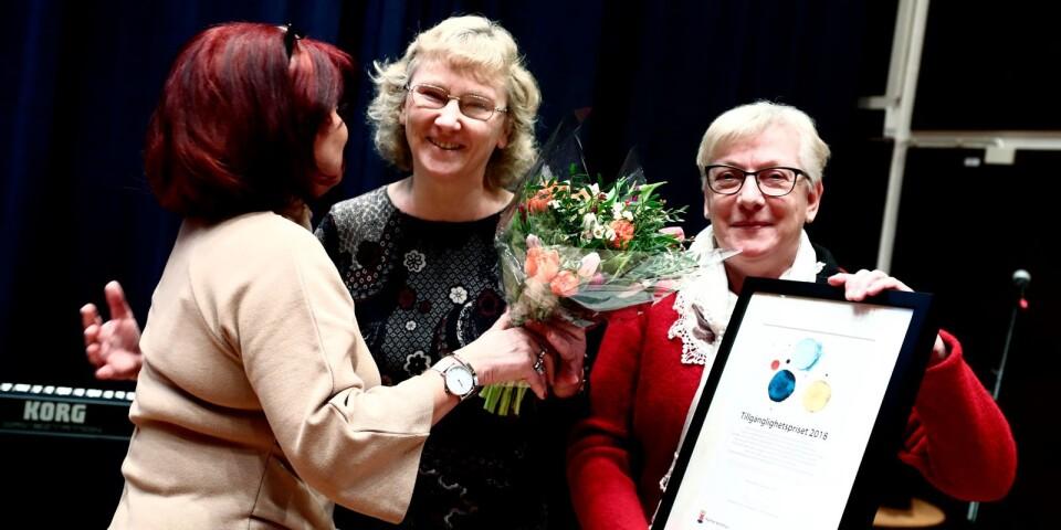 Ridskolechef Tina Stjärndahl och ordförande Lena Brissman från Kalmarbygdens fältrittklubb fick ta emot tillgänglighetspriset av kommunalrådet Dzenita Abaza (S).
