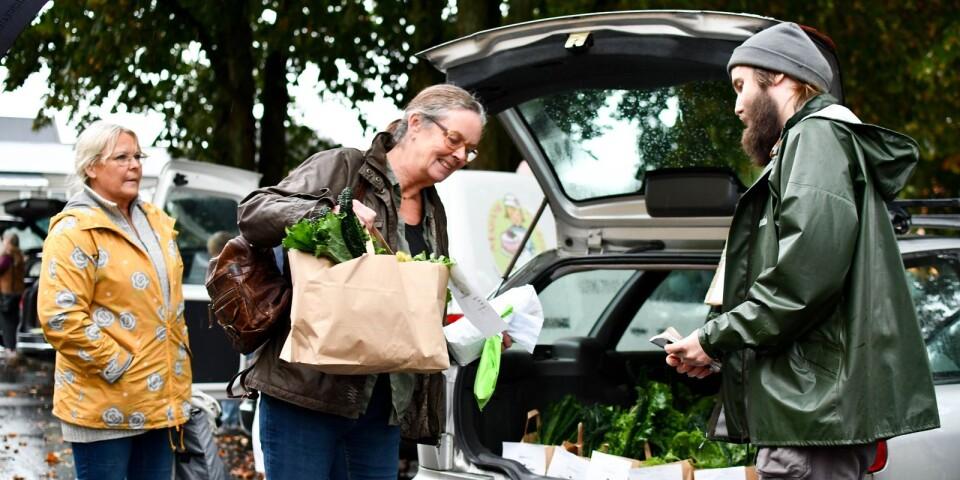 """Reko står för Rejäl Konsumtion och idén om Reko-ringarna bygger på att råvaror och produkter säljs direkt från producent till konsument. Marie Lindqvist Blomberg har precis hämtat sin förbeställa """"skördekasse"""" hos Martin Blomqvist från Köksträdgården Katt & kompost."""