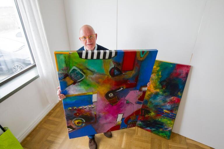 Ken Löfgren, som målar abstrakt i akryl, är en av de tio utställarna på Nypongården i påsk.