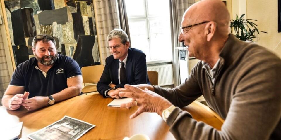 Projektledaren Per Persson, rektor Håkan Pihl samt styrgruppens ordförande Ulf Kvist arbetar vidare med högskolans flytt till Tivolibadstomten.