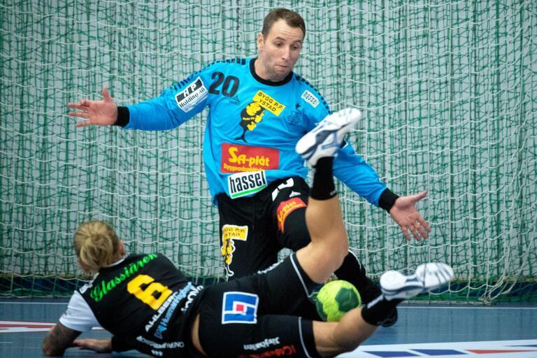 Johannes Sandgren blir hårt tagen av Ystadsförsvaret.