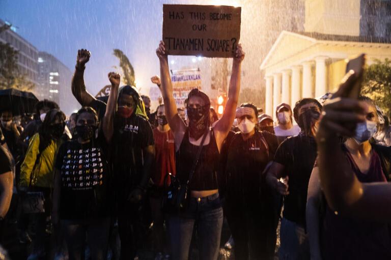 Demonstranter protesterar i närheten av Vita huset i Washington|DC på torsdagskvällen.