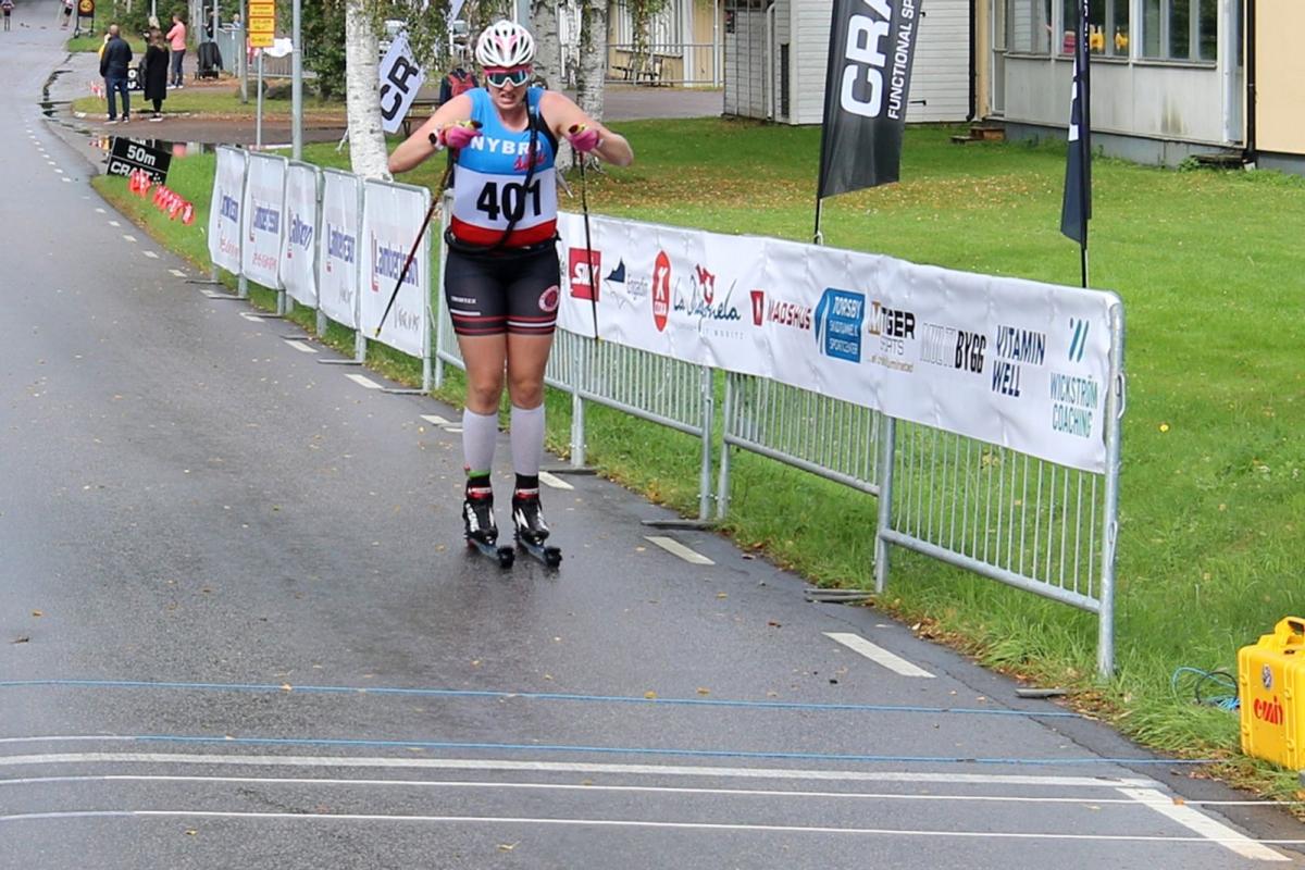 Vinnaren i damklassen Olivia Hansson rullar in mot mållinjen.