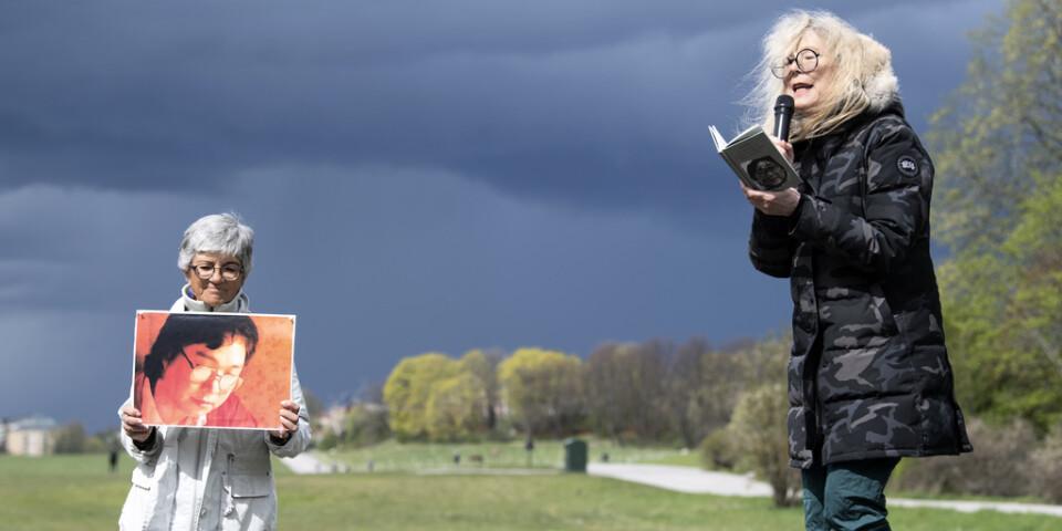 Grethe Rottböll, ordförande i Författarförbundet, läser Gui Minhais dikter utanför Kinas ambassad.