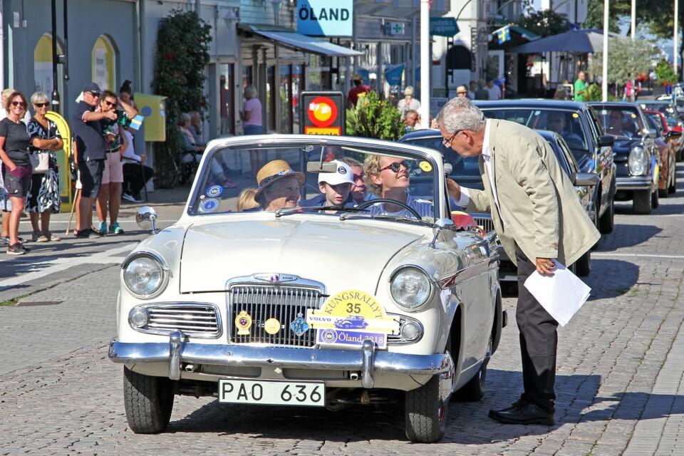 Aina Ekströmer på passagerarsidan i sin Sunbeam Rapier från 1960 och barnbarnet kör.