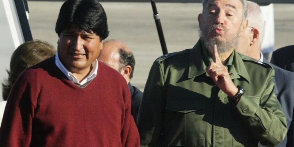 Evo Morales hade starka band till Kuba under sin tid som president. Här träffar han det kommuniststyrda landets tidigare ledare Fidel Castro, kort efter det att Morales vunnit presidentvalet för första gången. Arkivbild från 2005.