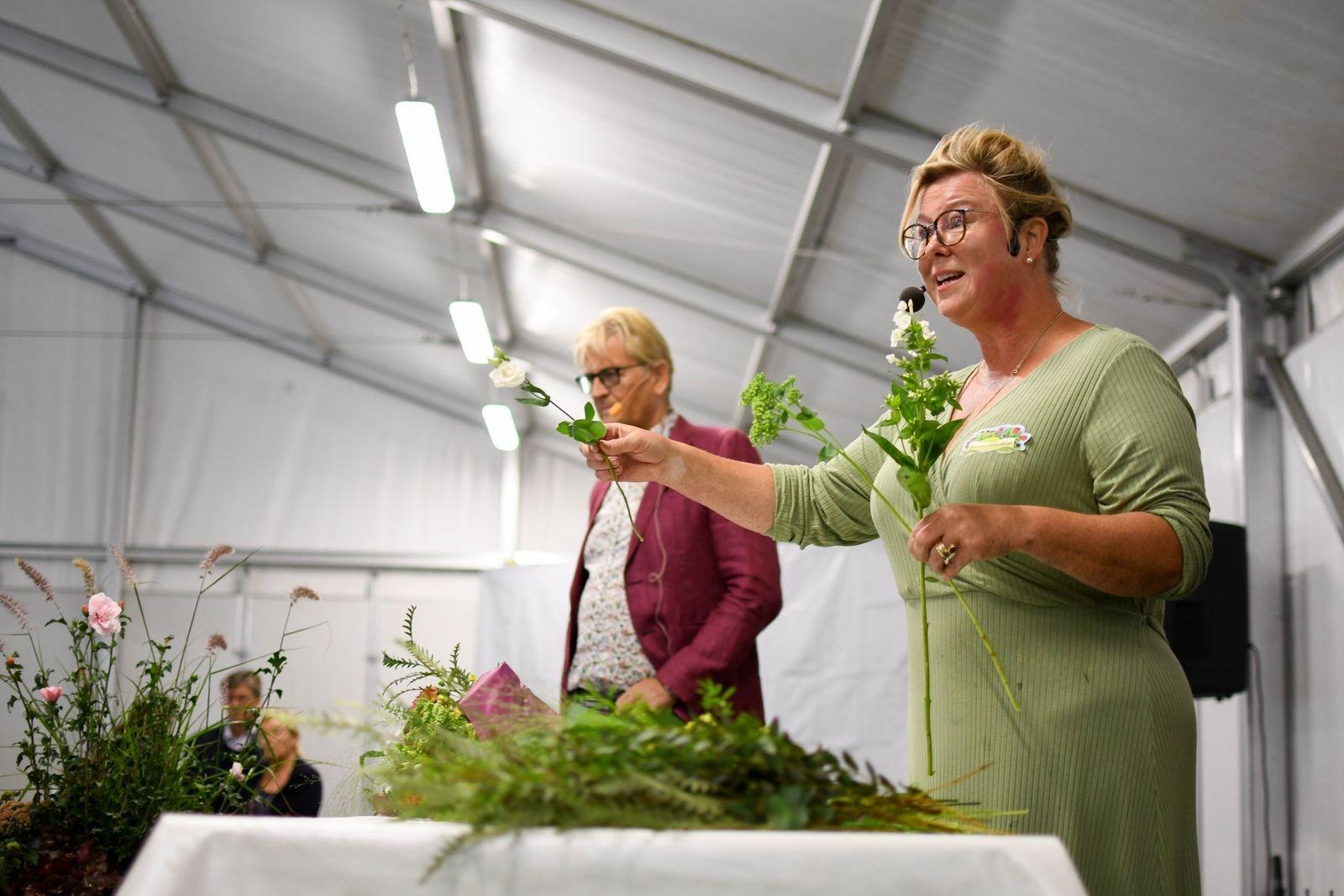 Linda Persson från Systrarna Lindskog höll en workshop inne i mässtältet där hon delade med sig av tips och råd kring konsten av binda en vacker bukett.