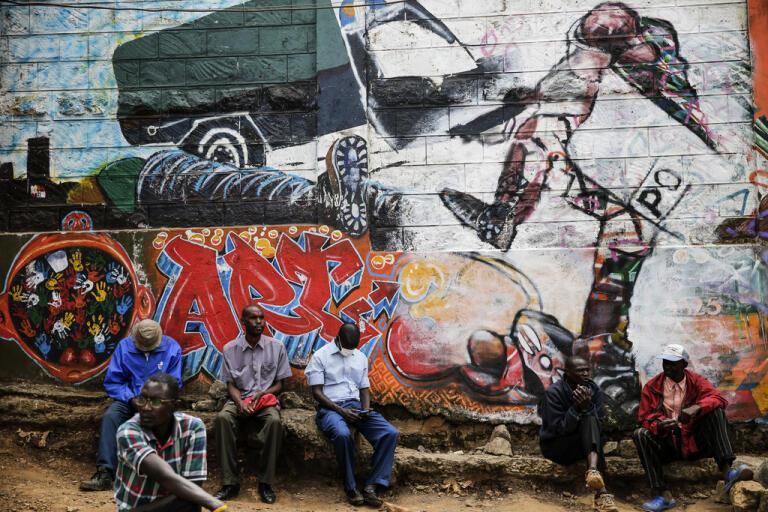 En väggmålning i Kenyas huvudstad Nairobi visar den kravallpolis som sågs sparka en medvetslös man upprepade gånger under en demonstration i landet 2016. Nu kommer nya larm om polisövervåld. Arkivbild.