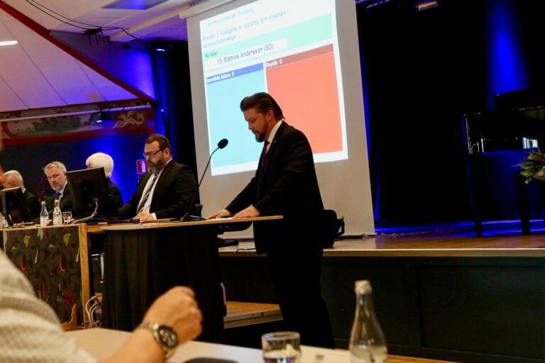 Mathias Andersson (SD) var upprörd när han pratade om den avhoppade ersättaren som blivit hotad med uteslutning från sitt fackförbund.