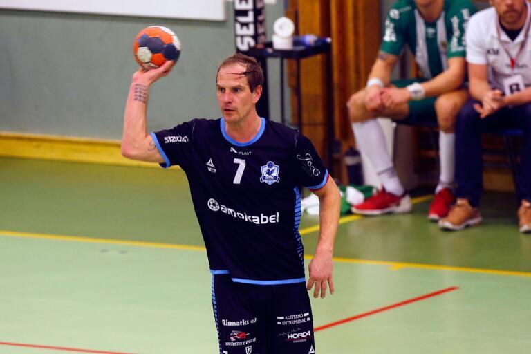 Amos största profil Daniel Steen skrev på fredagen på ett nytt tvåårskontrakt med den allsvenska klubben i Alstermo.