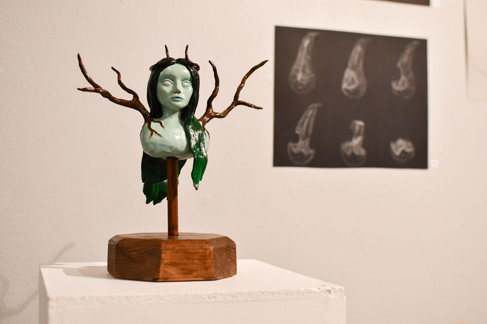 I elevutställningen som visas på Tomelilla konsthall just nu medverkar bland andra Alice Tröjer som gått två år på konstskolan Unikum. På bilden syns två av hennes utställda verk.