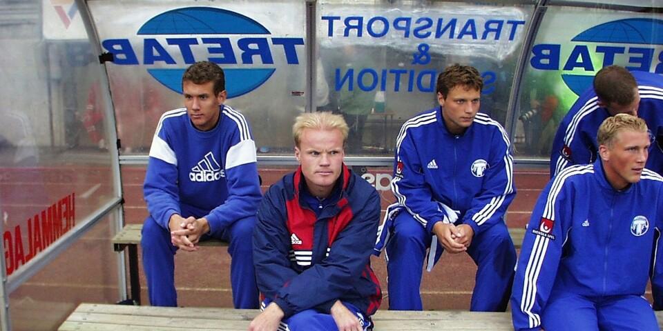 När Andreas Isaksson blivit klar för Juventus fick han sitta på bänken när Daniel Andersson var frisk från sin skada. Längst fram sitter Jonas Brorsson, då assisterande tränare.