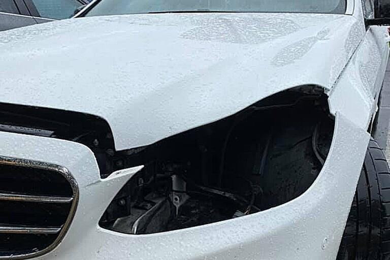 Emelie Nilssons Mercedes plundrades på framlyktorna utan att bilen tillfogades några skador.