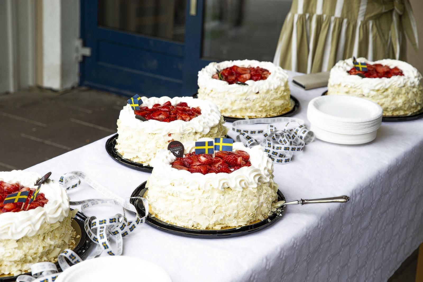 Skolavslutning Ulrikaskolan klass sex, bordet var fylld med jordgubbstårtor