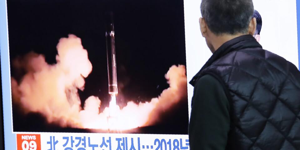 En man tittar på tv-bilder från tidigare nordkoreanska robottester. Arkivbild.