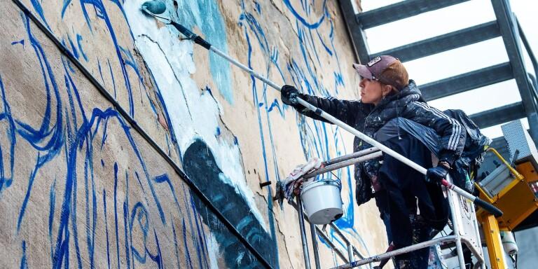 Spansk konstnär färgar centrum