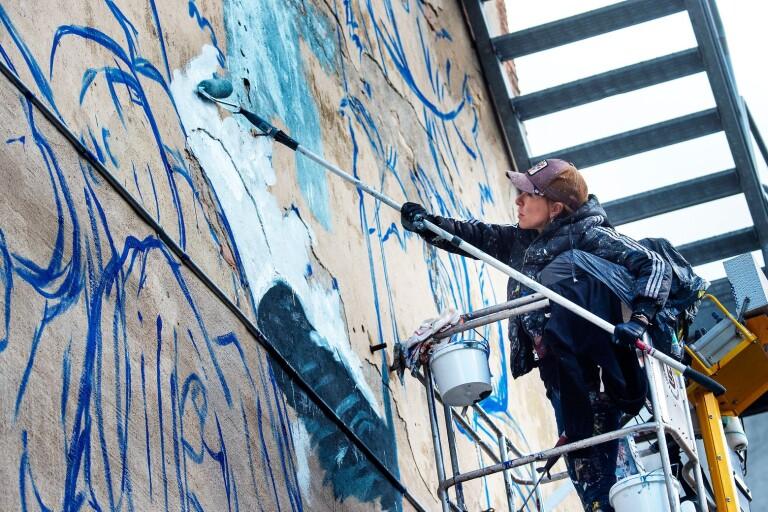 فنان اسباني يرسم في وسط المدينة