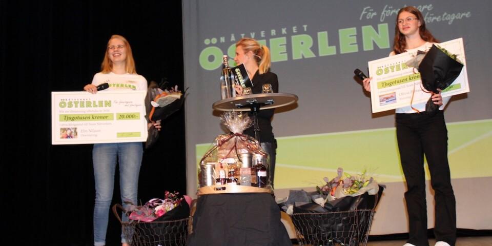 Orienteraren Elin Nilsson, till vänster, och simmaren Olivia Hansson, till höger, fick ta emot sina stipendiecheckar på vardera 20 000 kronor för år 2020 och intervjuades av Team Nätverkets samordnare Elin Jeppson Lindén.