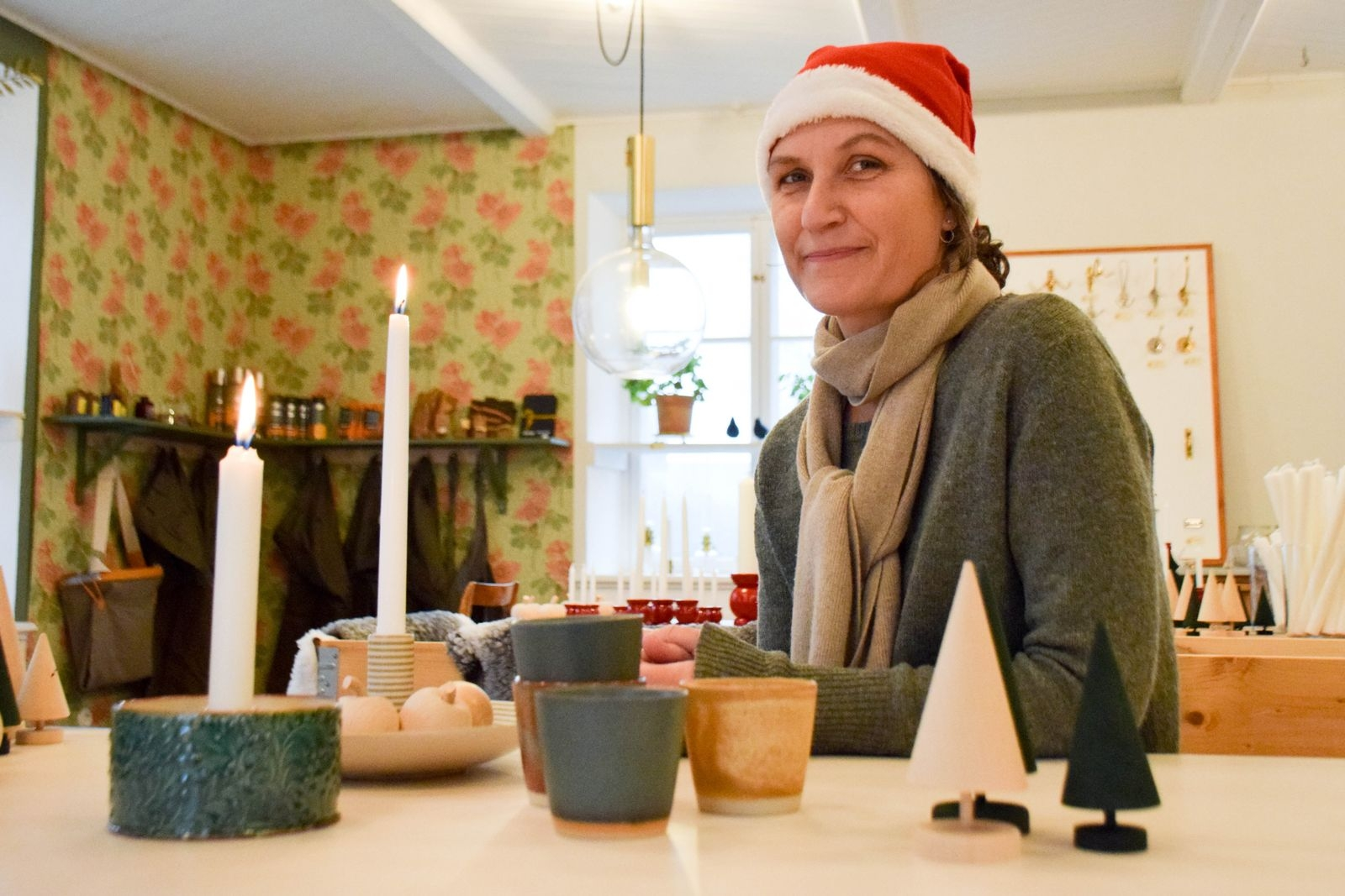 I byggnadsvårdsbutiken Tranes Handelskompagni finns även noga utvald inredning. Maria Trane tipsar om muggar från Bornholms keramikfabrik, ljusfat från Paradisverkstaden och ljusstake signerad keramiker Elisabeth Palm.