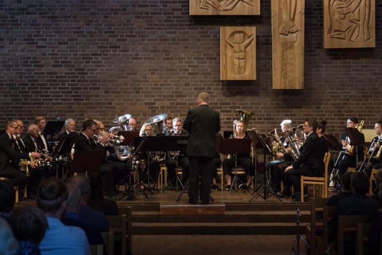 Magnus Hylander dirigerar Borås brassband under konserten till hans ära. Brassbandet spelade enbart Hylanders egenkomponerade musik under konserten i Immanuelskyrkan.