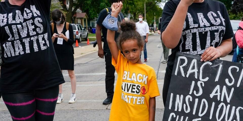 Deja, 6 år gammal, deltar i en Black Lives Matter-protest.