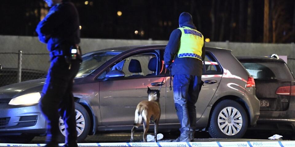 Mannen misstänks ha öppnat eld mot bilen vid en bensinmack i Kungens kurva 18 januari.