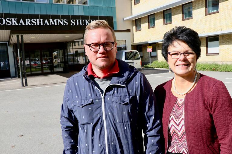 Carl Dahlin (M) och Madeleine Rosenquist (KD) efterlyser svar på hur Region Kalmar län ska läsa personalfrågorna vid Oskarshamns sjukhus.