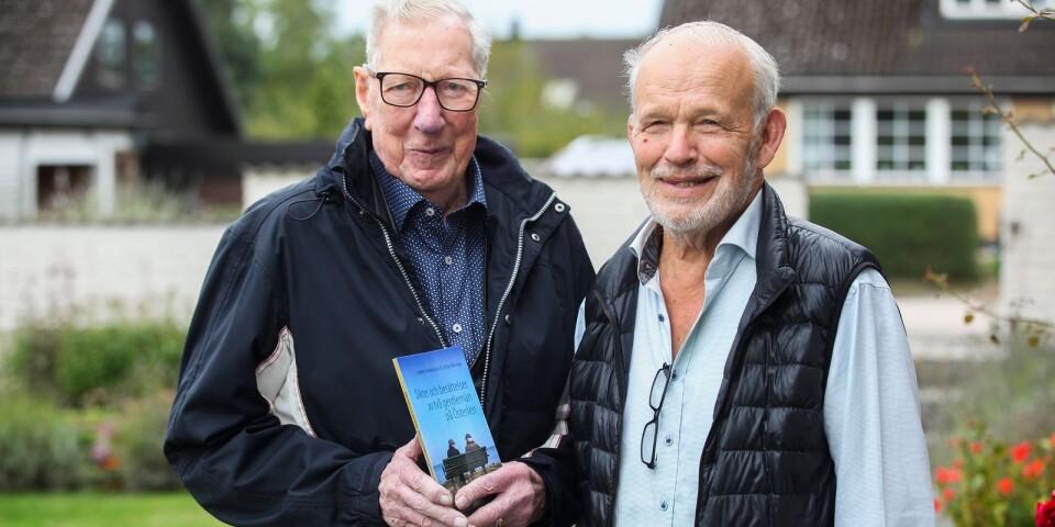 Vännerna och Skillingeborna Anders Andersson och Johan Wierup har skrivit en bok tillsammans. Anders har bidragit med 35 vackra och vemodiga dikter och Johan med korta, fängslande berättelser från sitt spännande liv som sjömanspräst.