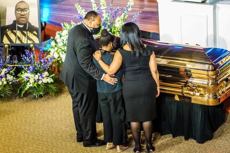 Människorättskämpen Martin Luther King III (son till Martin Luther King Jr) och hans familj tar ett sista avsked till George Floyd som dödades i samband med ett polisingripande.