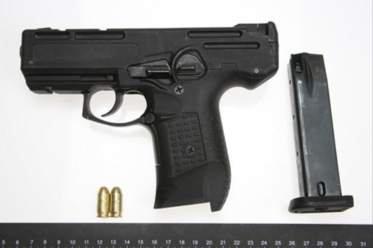Den här pistolen, som var skarpladdad när polisen hittade den, knyts till en skolanställd man i Växjö som åtalas för grovt vapenbrott tillsammans med en kamrat.