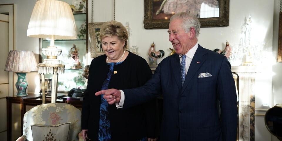 Norges statsminister Erna Solberg hälsar på Storbritanniens kronprins Charles.
