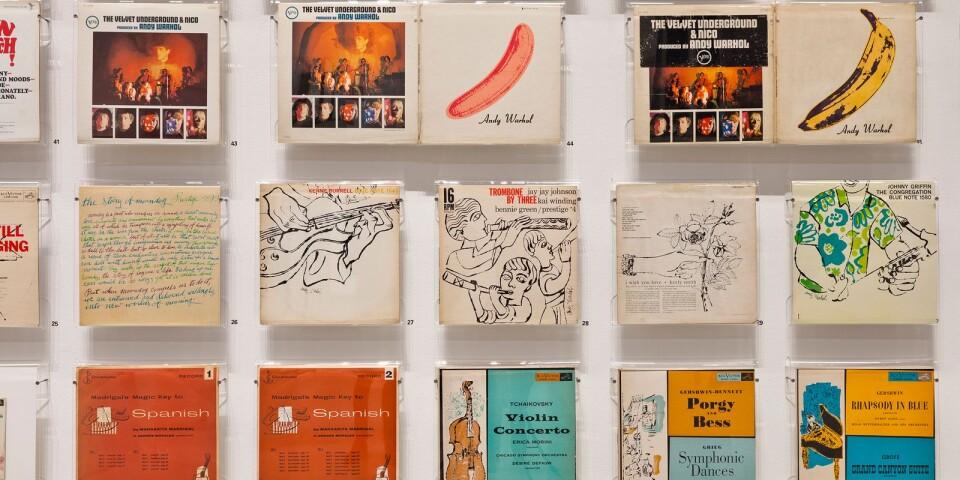 Delar av den vägg på Moderna Museet Malmö med vinylomslag av Andy Warhol.