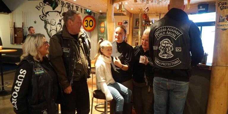 """Bollebygdsbon Emelie Nilsson med dottern Ottilia Pettersson (i mitten) tycker att DACA har en intressant verksamhet. Hon pratar med klubbens Hennie Franzén, vice president """"Hoffa"""" (Pierre Werbitsch), """"Blondie"""" (Karin Werbitsch) och """"Goofy"""" (Niklas Holmqvist, med ryggen mot kameran)."""