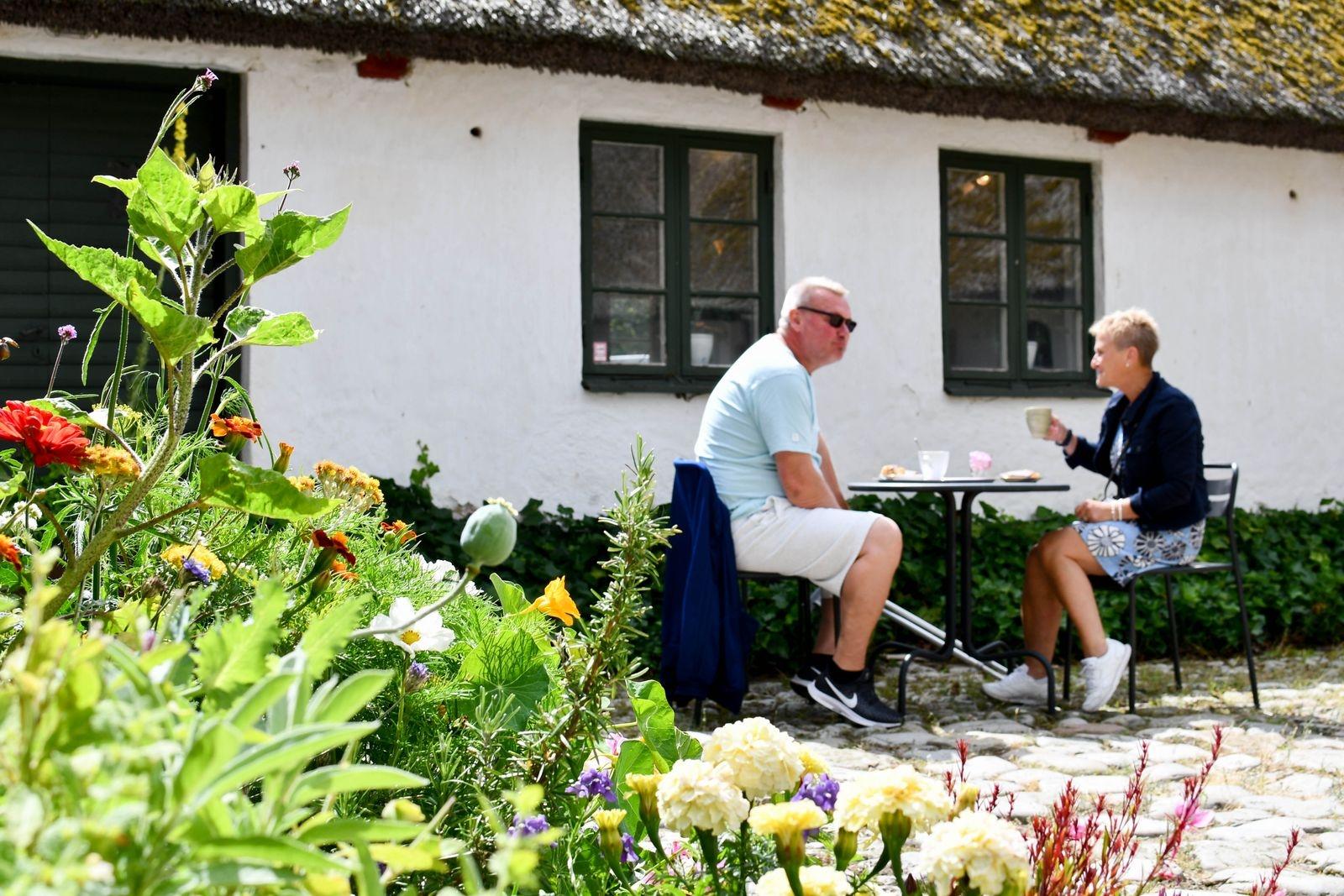 """Mats Ek och Carina Spethz har kommit från Småland för att semestra på Österlen. """"Det här var ett trevligt café med jättegoda bullar"""", konstaterar Carina."""