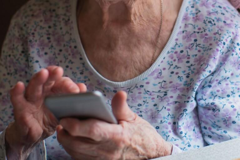 """Äldre kvinna lurad på 40 000 kronor: """"Tyvärr vanligt"""""""