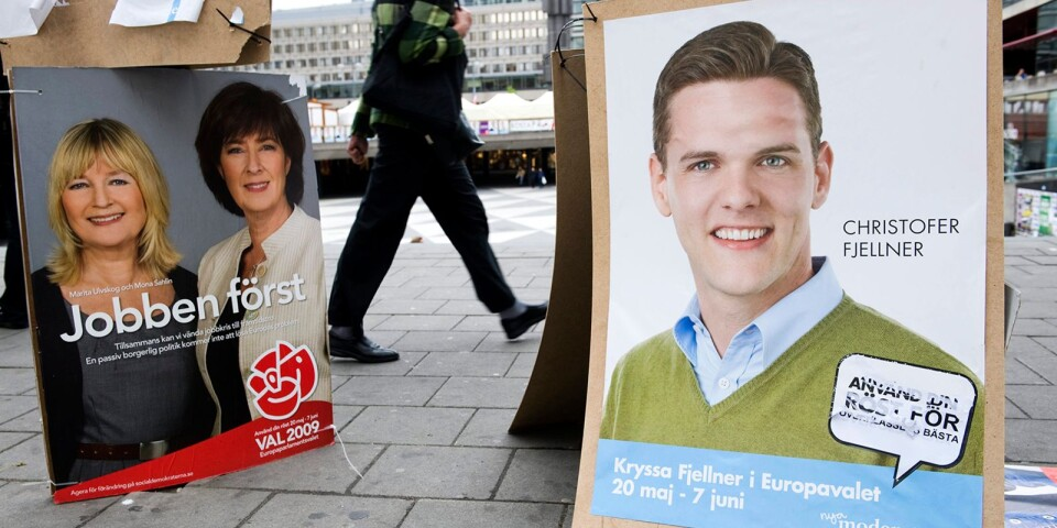 Christofer Fjellner på plakaten i valrörelsen 2009. Nu vänder han åter till inrikespolitiken.