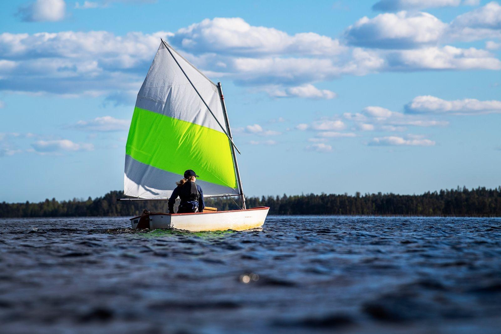 Erika Kjellsson kryssar sig fram över sjön.