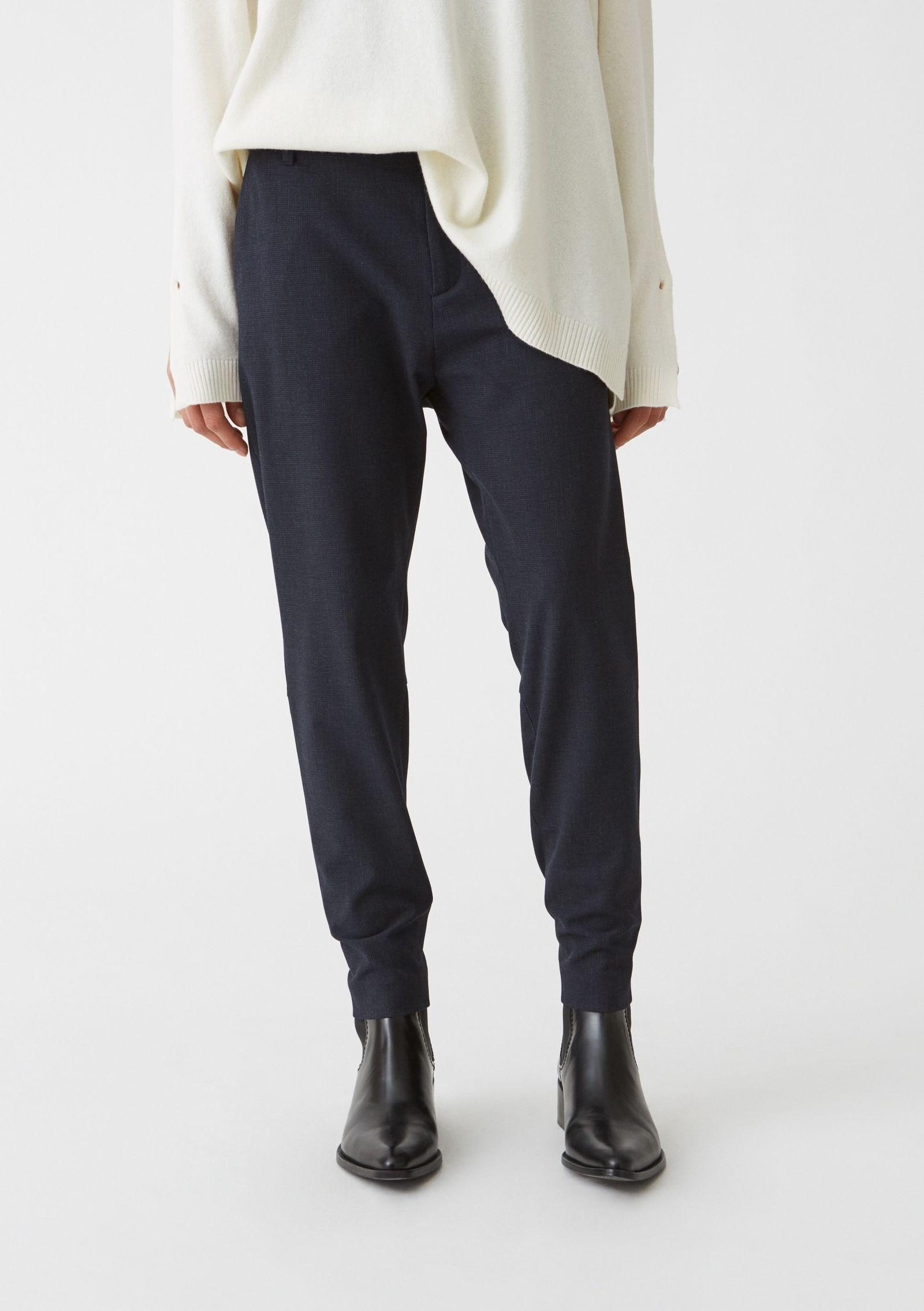 Både linnet och t-shirten kommer vara hus snyggt som helst till kostym. Från svenska Hope kommer  klassiska byxan Krissy (PP & Co)
